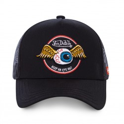 La casquette Eye Out Noire Von Dutch est réglable et rien que pour vous ! Choisissez d'être à la mode pour l'été avec cette marque confort et tendance. Retrouvez l'esprit de créativité mêlant vintage et anticonformisme de l'Amérique de 1950 et de la marque au fil de ses collections de casquettes toujours à la mode.